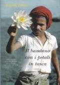 Il bambino con i petali in tasca