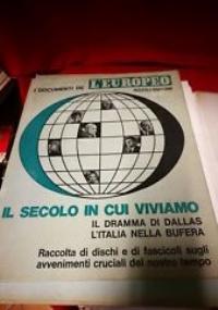 IL SECOLO IN CUI VIVIAMO - Raccoglitore contenente 20 fascicoli, 3 dischi 33 giri, 1 disco 45 giri, 3 manifesti storici. L'Europeo 1962 - LEGGI INDICE IN NOTE SMB-